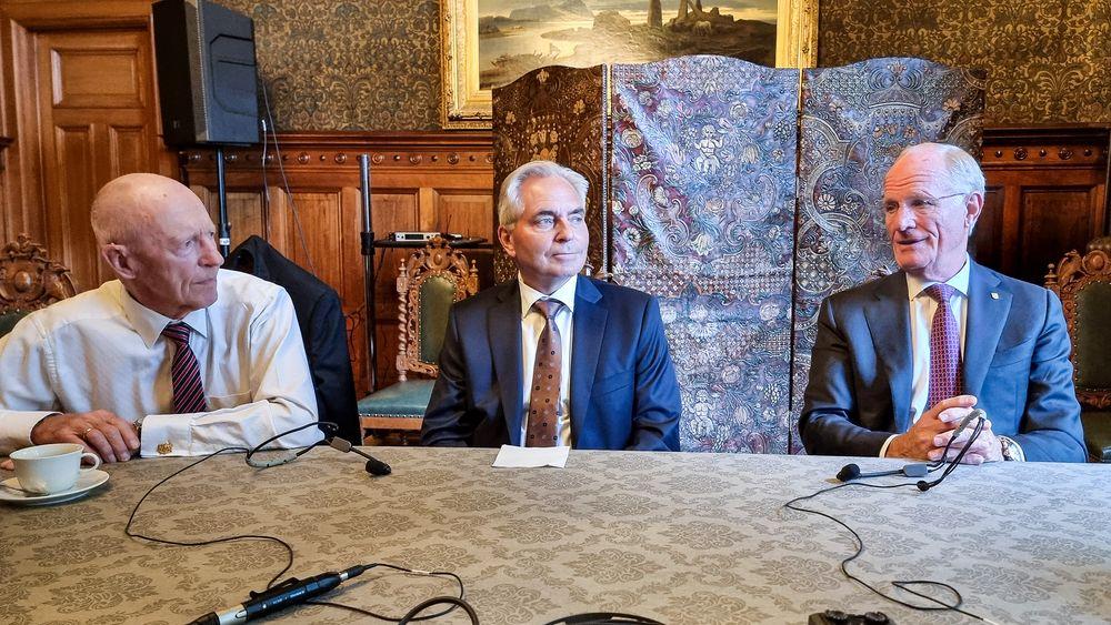 Mye å være stolte over: Ralph Høibakk (t.v.), Bengt Thuresson og Jan Chr. Opsahl, ble tildelt NTVAs ærespris for etableringen av Tandberg.