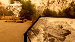 Et historisk «velkommen»-skilt er pakket inn i brannresistent folie.