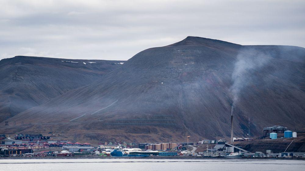 Røyken fra kullkraftverket er godt synlig på rolige dager i Longyearbyen. Bildet er tatt i forrige uke.