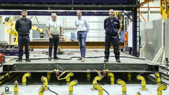 Dette stålelementet er starten på Frønesbrua i Åfjord. Brua er et pilotprosjekt gründerbedriften Prodtex gjennomfører for Statens vegvesen, der produksjonsmetoden er lasersveis med roboter. Fra venstre produksjonsingeniør Geir Jonny Nakken, direktør for forretningsutvikling Tore Roppen, produksjonsleder Hans Olav Rovde og sveiseoperatør Grzegorz Nowak.