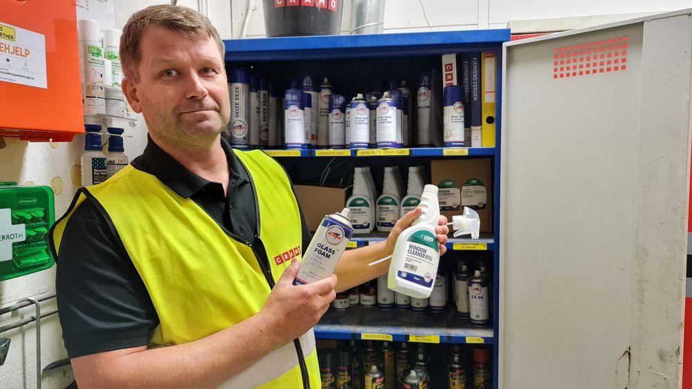 Spray eller pumpeflaske? Snart er det ikke et valg lenger, hvis verkstedsjef Svein Roger Johansen får det som han vil.
