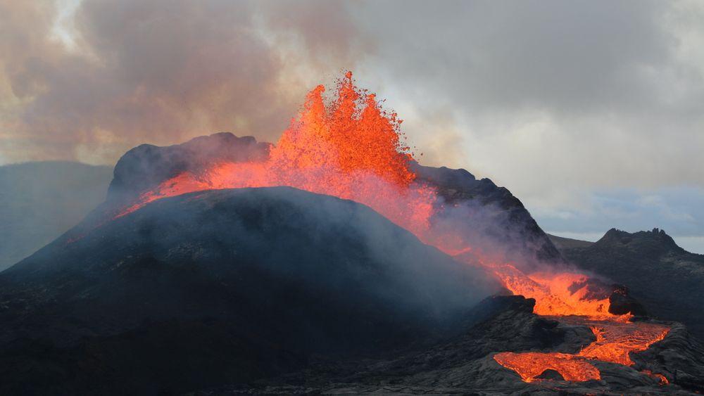Spruten fra vulkanutbruddet på Fagradalsfjall har så langt kommet opp i 460 meter. Nå vil et rådgivningsfirma bygge tunnel under lavastrømmen fire-fem kilometer unna.