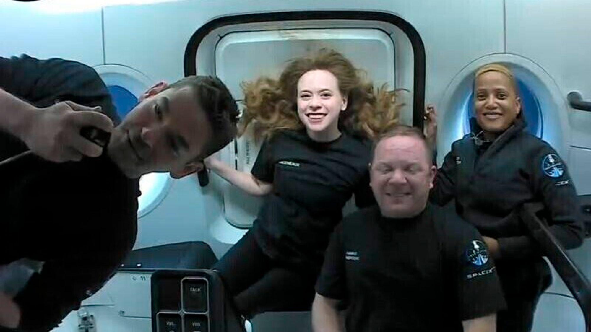 De historiske romturistene om bord i Dragon-kapselen. Fra venstre: Jared Isaacman, Hayley Arceneaux, Chris Sembroski og Sian Proctor.