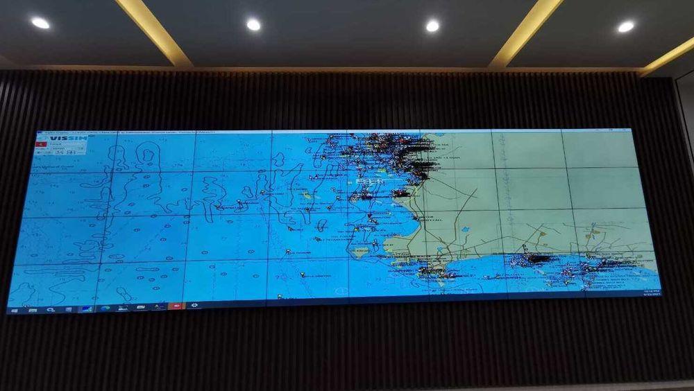 På den store tavla får myndighetene oversikt over all trafikk. Ved hjelp av programvare fra norske Vissim, kan myndighetene i Thailand se mønstre og avvik fra normal seiling og foreta grundigere kontroll.
