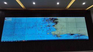 På den store tavla får myndighetene oversikt over all trafikk. Ved hjelp av programvare fra norske Vissim, kan myndighetene i Thailand se mønstre og avvik fra normal seiling og foreta grundigere kontroll. stre og