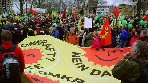 Demonstrasjon mot atomkraft – med stort banner.