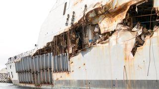 Bildet viser at KNM Helge Ingstads skipsside ble flerret opp etter sveisesømmene da tankskipets «ankerhorn» virket som en boksåpner.