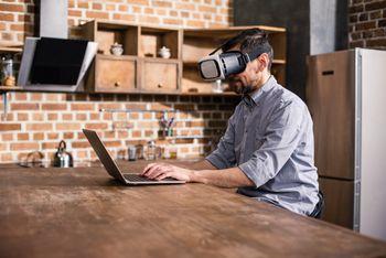 Mann med VR-briller på hjemmekontor.