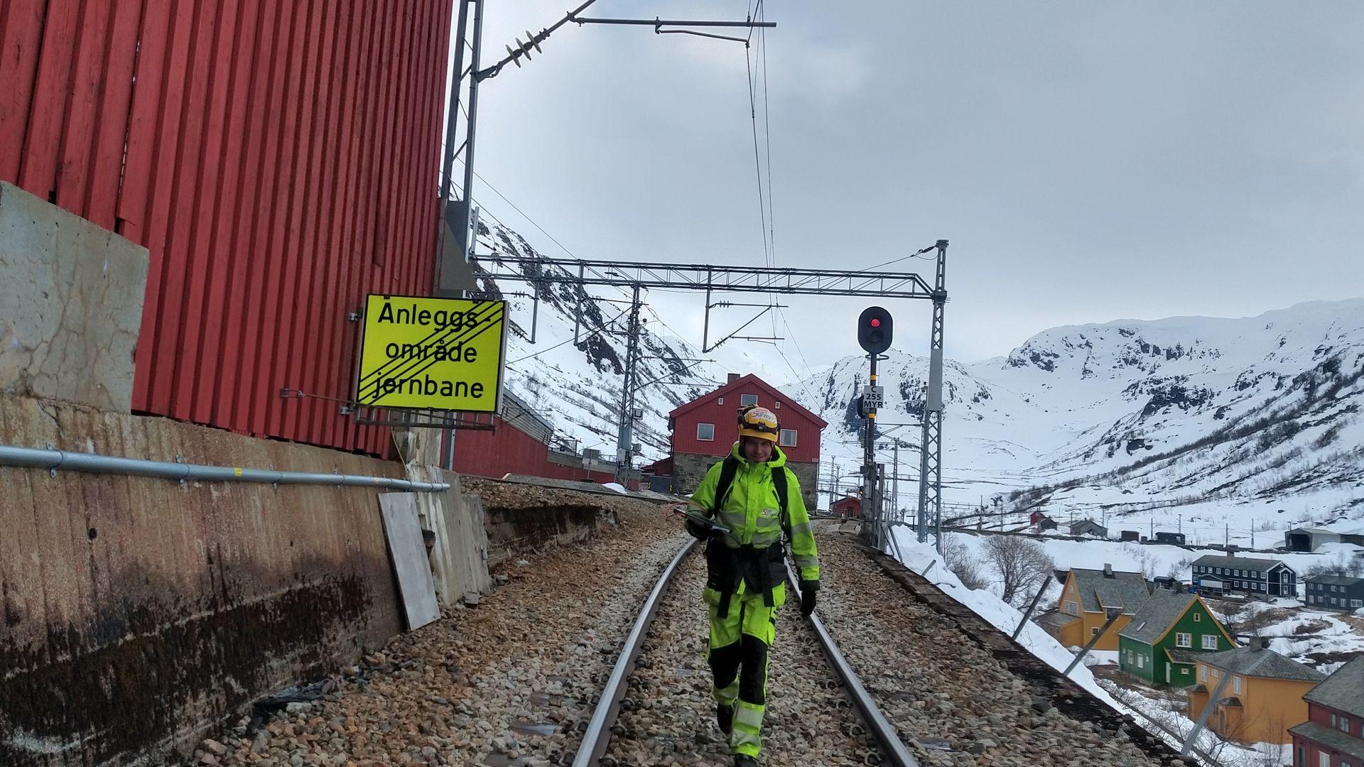 ANNONSE: Landmålerryggsekk tryller frem «digital tvilling» for nytt signalanlegg på Flåmsbanen