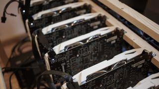 Illustrasjonsbilde av utstyr for utvinning av Bitcoin.