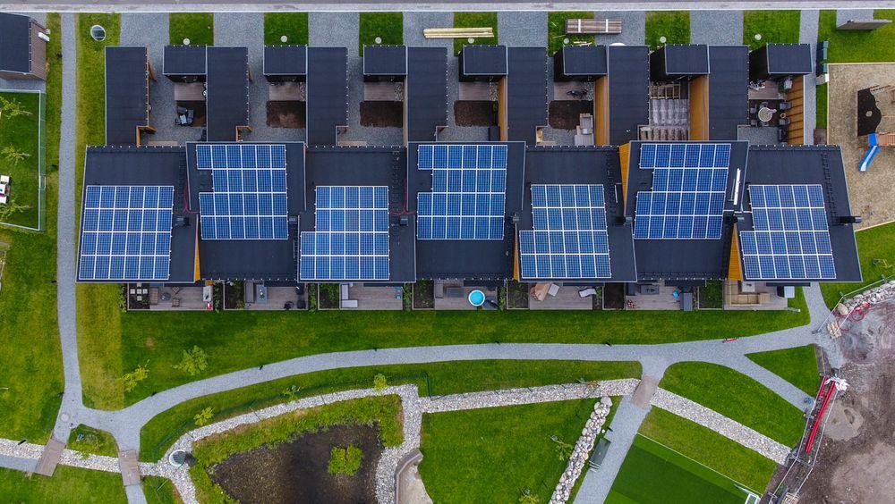 Stadig flere installerer solceller på taket. De høye strømprisene øker interessen. Bildet er fra boligprosjektet Furumo i Ski.
