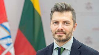 Litauens assisterende forsvarsminister, Margiris Abukevičius, ber folk skrote kinesiske mobiltelefoner.