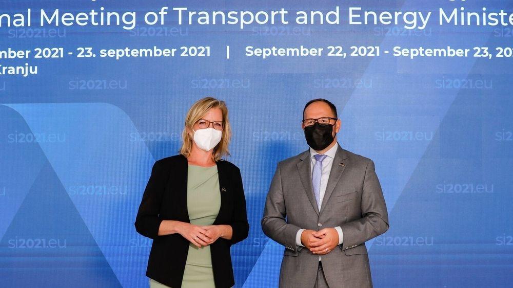 Østerrikes klima og energiminister Leonore Gewessler blir tatt i mot av verten Slovenias infrastrukturminister Jernej Vrtovec på onsdagens uformelle energiministermøte i Slovenia.