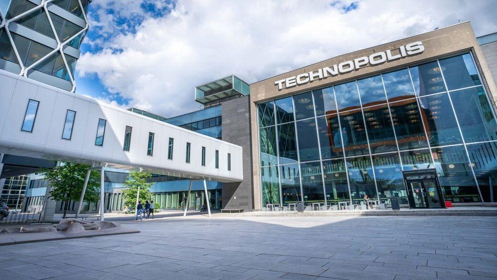 Den gamle hovedflyplassen på Fornebu har fått nytt liv som kontorbygg. Nå skal eierne spare strøm med digitalt driftsanlegg.