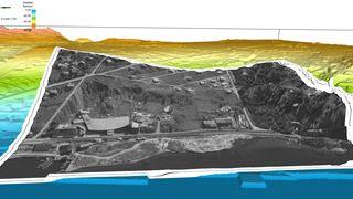 Erling Siggerud mener at et større skred har gått bak Rockwool-fabrikken til venstre i bildet, og viser til de bratte søkkene som ser ut til å omkranse fabrikken. Om Siggeruds vurering stemmer, kan det bidra til at kvikkleireområdet i Moss rykker opp i høyeste risikoklasse.