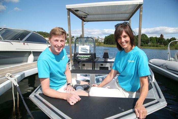 Isabel og Martin Bjurmalm med elbåten de har utviklet sammen.