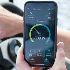 Martin Bjurmalm med appen som kona Isabel har designet, som kalkulerer samspillet med fart og energi så båten ikke skal gå tom for strøm.
