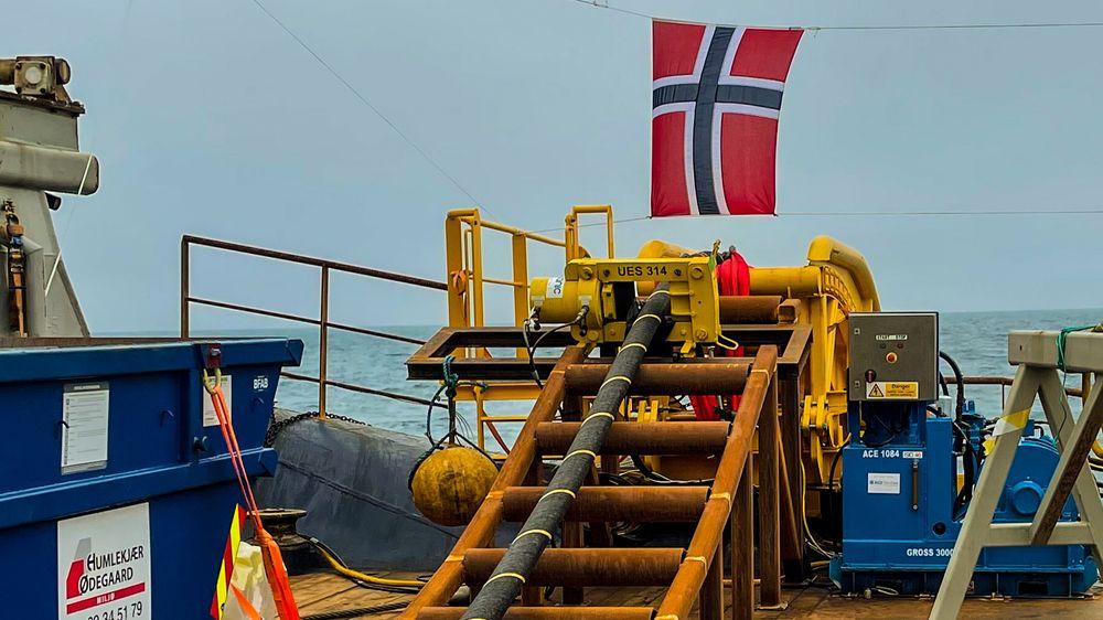 Det blir ingen nye kraftkabler til utlandet de neste fire årene, ifølge Hurdalsplattformen. Bildet er fra leggingen av den nyåpnede kabelen North Sea Link til England.