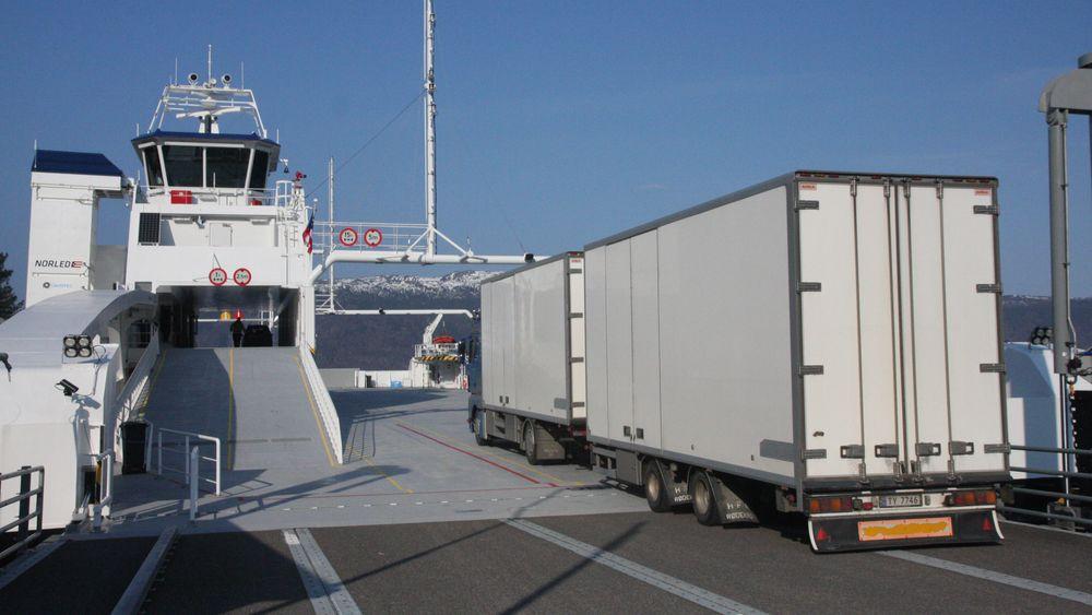 MF Ampere trafikkerer Lavik-Oppedal i dag. Fra 2025 kan det være en mer autonom ferge på strekningen.