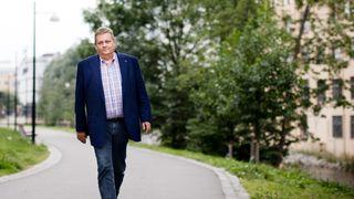 Markussen rusler på gangvei langs Akerselva i dress, rutete skjorte og olabukse