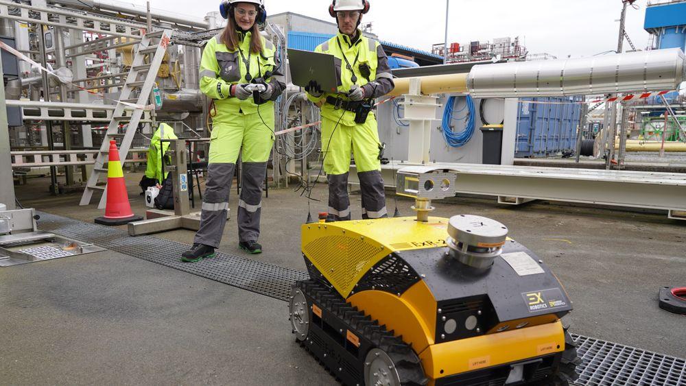 EXR-2 fra Nederland kan blant annet posisjonere seg selv tilbake til dokk-in-stasjonen for ladning. Her opereres den av robotingeniørene Anette Uttisrud og Sondre Olsen.