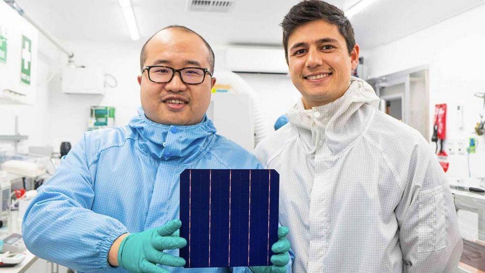 Sundrives grunnlegger David Hu (t.v.) og Vince Allen har satt verdensrekord i virkningsgrad for en silisiumbasert solcelle i kommersiell størrelse.