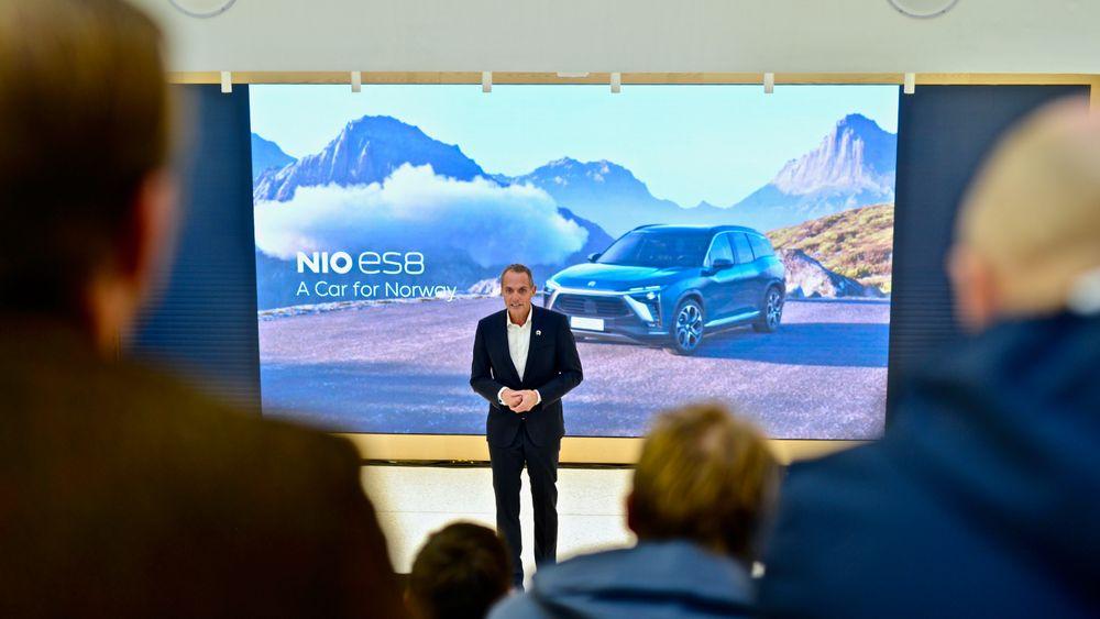 """Marius Hayler, sjef for Nio Norge, foran slagordet """"A Car for Norway"""". Forbrukerrådet sier de forstår folk som stiller spørsmålstegn ved nettopp dette utsagnet, gitt kontrakten."""