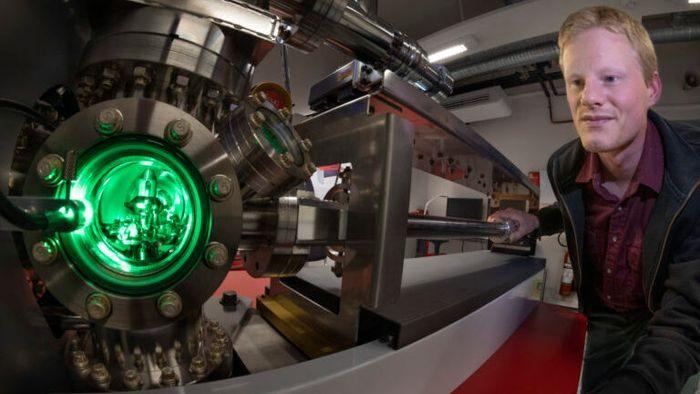 Sintef-forsker Sigurd Wenner viser fram atomsondetomografen; instrumentet som river fra hverandre og analyserer materialer, som f. eks. nanocellulose, atom for atom.