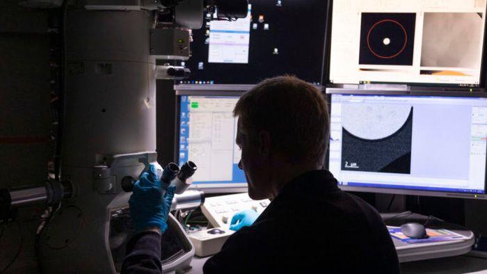 Et vindu inn til det aller minste. Her jobber forskerne med spesielle mikroskoper og kamera – i en skala som er ufattelig liten.