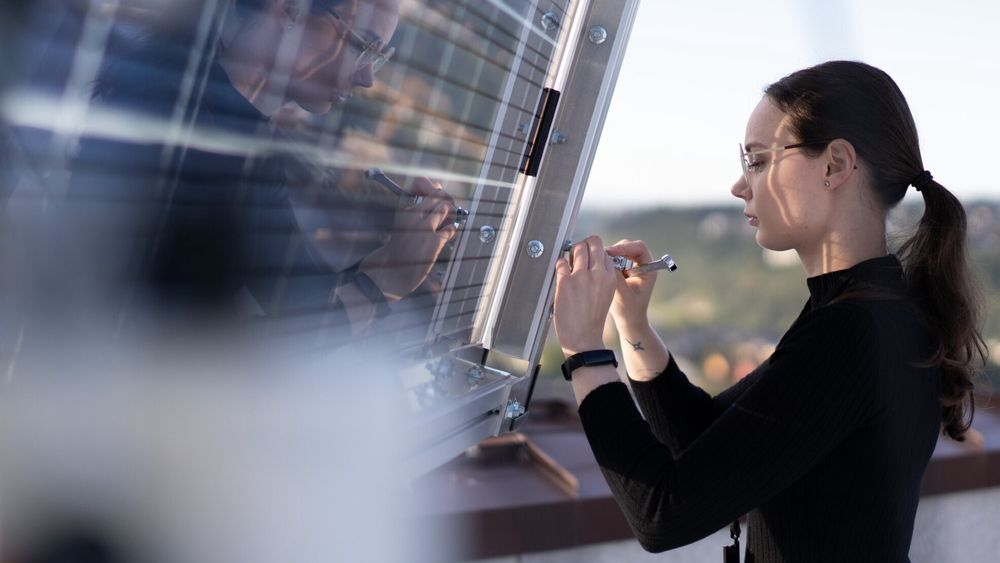 Den nye solcellelaben til Sintef rager høyt over Trondheim. Her er student Mina Elise Øieren Holter i arbeid.