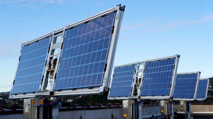 Sintefs nye solcellelab rager høyt over byen. Den har status som nasjonal infrastruktur for solcelleforskning – og skal brukes av solforskere og industri fra hele landet.
