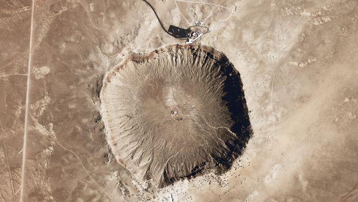 Det mest berømte og besøkte krateret i verden er Barringer-krateret i Arizona. Det er stort, cirka 1200 meter i diameter, men bare et lite knappehull i forhold til gigantmeteoren som falt ned for 65 millioner år siden og gjorde slutt på dinosaurene. Det skal vi være glad for.