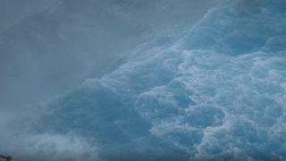Sjødrone filmet fra nær senteret av kategori 4-orkan