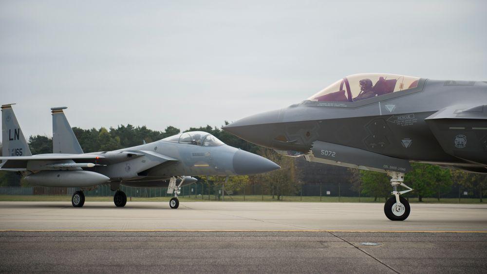F-35A og F-15C Eagle på RAF Lakenheath i april 2017 da F-35-fly fra Hill for første gang ble midlertidig utplassert her. Senere i år kommer de første F-35A-flyene som skal være permanent stasjonert på basen.