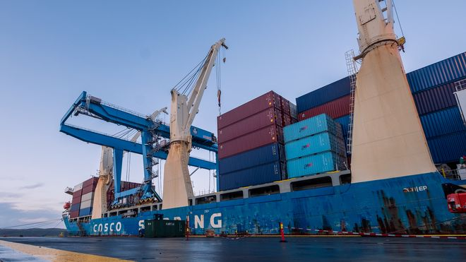 Tungløftskipet Da Ji med den blåmalte Kalmar-kranen på dekk. Skipet ligger ved kaia der den nye gantrykranen skal plasseres og Yara Birkeland skal laste fulle containere.