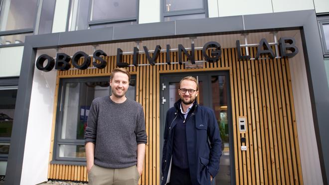 Daglig leder Ingemund Skålnes og prosjektleder Ørjan Hurv utenfor Obos Living Lab.