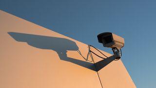 Et sikkerhetskamera på en hvit veggg