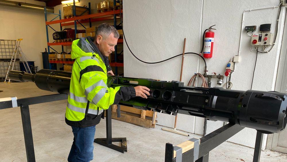 Daglig leder i Tyrfing Innovation, Morten Lerbrekk, viser frem verktøyet, som kan plugge oljebrønner uten at man trenger å fjerne foringsrøret fra brønnen. Det sparer både tid og penger.
