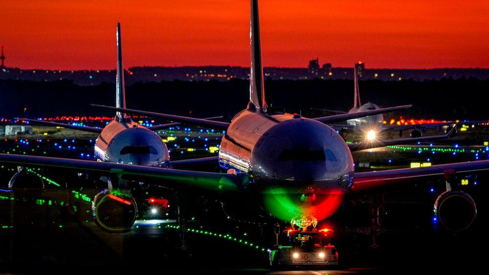 Flyparken må moderniseres for å bli bærekraftig. Det vil koste enormt og kreve en gigantisk omstilling. Her er fly på rullebanen i Frankfurt i Tyskland.