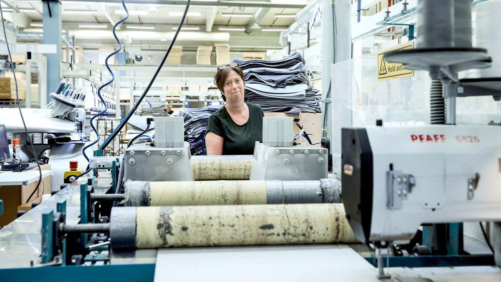 Operatør Inger Lise Øverland har tatt fagbrev i industrisøm for å tilpasse seg overgangen fra manuell til automatisk produksjon. Tidligere sydde hun på borrelås på madrassene manuelt, nå styrer hun multimaskinen til høyre som gjør jobben automatisk.