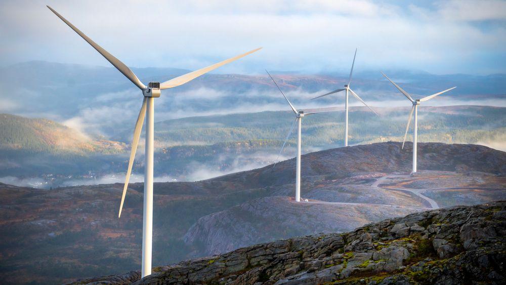 Storheia vindpark er den største av vindparkene til Fosen Vind, og den andre av vindparkene som ble bygget. Da den ble overført til ordinær drift i februar 2020 var den Norges største med 80 turbiner og en installert effekt på 288 MW. Foto: