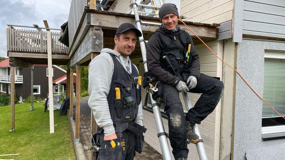 David Øynes og Arne Knudsen jobbet gratis med et hus på Tromsøya etter at arbeidsgiveren hadde gått konkurs.