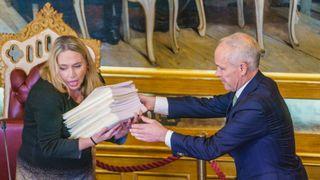 Stortingspresident Eva Kristin Hansen (Ap) og finansminister Jan Tore Sanner (H) i Stortinget i forbindelse med fremleggelsen av regjeringens forslag til statsbudsjett for 2022.