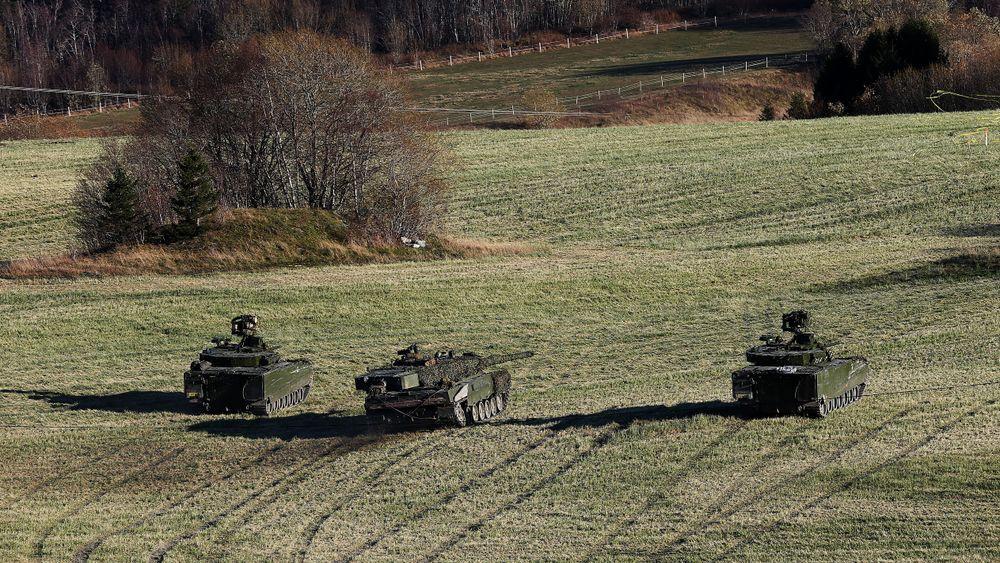 Leopard 2A4 (i midten) flankert av to CV90 under Trident Juncture i 2018. Stormpanservognene er nye, mens det er gjort lite med stridsvogna siden 80-tallet.