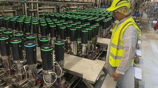 Når ølet på Carlsberg-bryggeriet i Frederica skal blandes til de riktige øltyper, går det gjennom kryssfeltet på bildet. Ventilene som leverandøren Hydracts administrerende direktør Peter Espersen står ved siden av, sikrer at de riktige lagertankene åpnes. Inntil videre har Hydract skiftet ut 600 av bryggeriets ca 7000 ventiler. Det grønne lyset viser at ventilene fungerer som de skal.