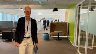 Jørn Leonhardsen er IT-direktør i Skatteetaten. Her står han i IT-divisjonens kontorlandskap i Skatteetatens bygg på Økern i Oslo.