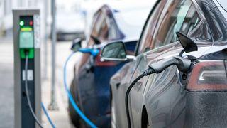 Hybridene bør fases ut – momsfritaket på elbiler bør beholdes