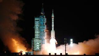 Her blir romfartøyet Shenzhou-13, på toppen av en Long March-2F-bærerakett, skutt opp fra oppskytingsfeltet Jiuquan i Gobiørkenen.