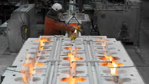 Mann jobber med aluminiumsproduksjon.