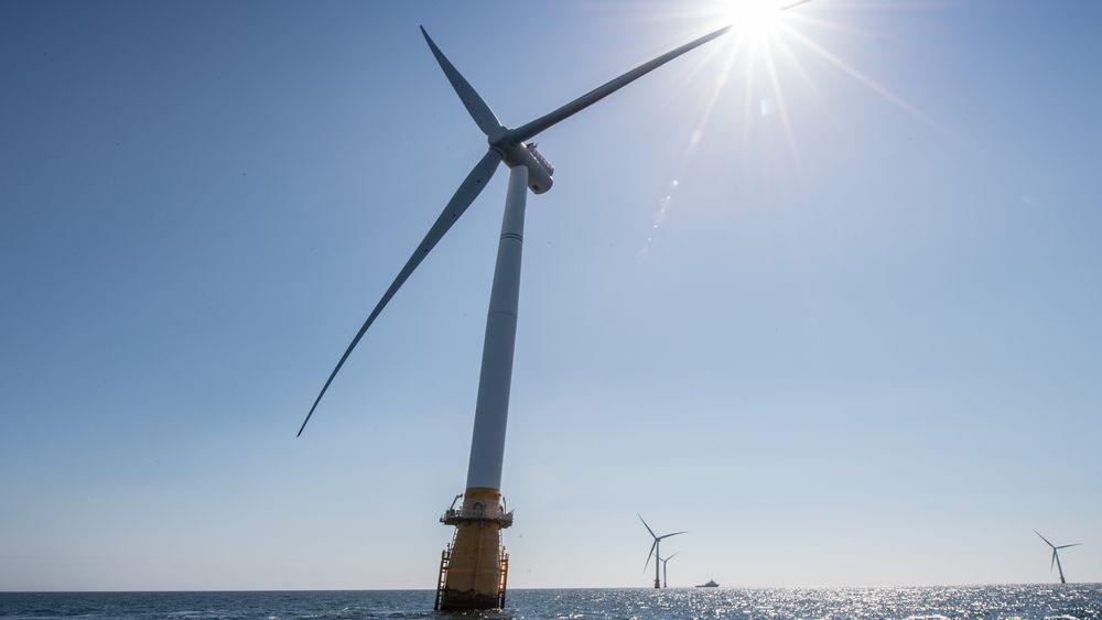 Artikkelforfatteren argumenterer for at prisfallet på solkraft er såpass mye kraftigere enn det vil bli for havvind at store investeringer i flytende vindturbiner kan bli et tapssluk på sikt.